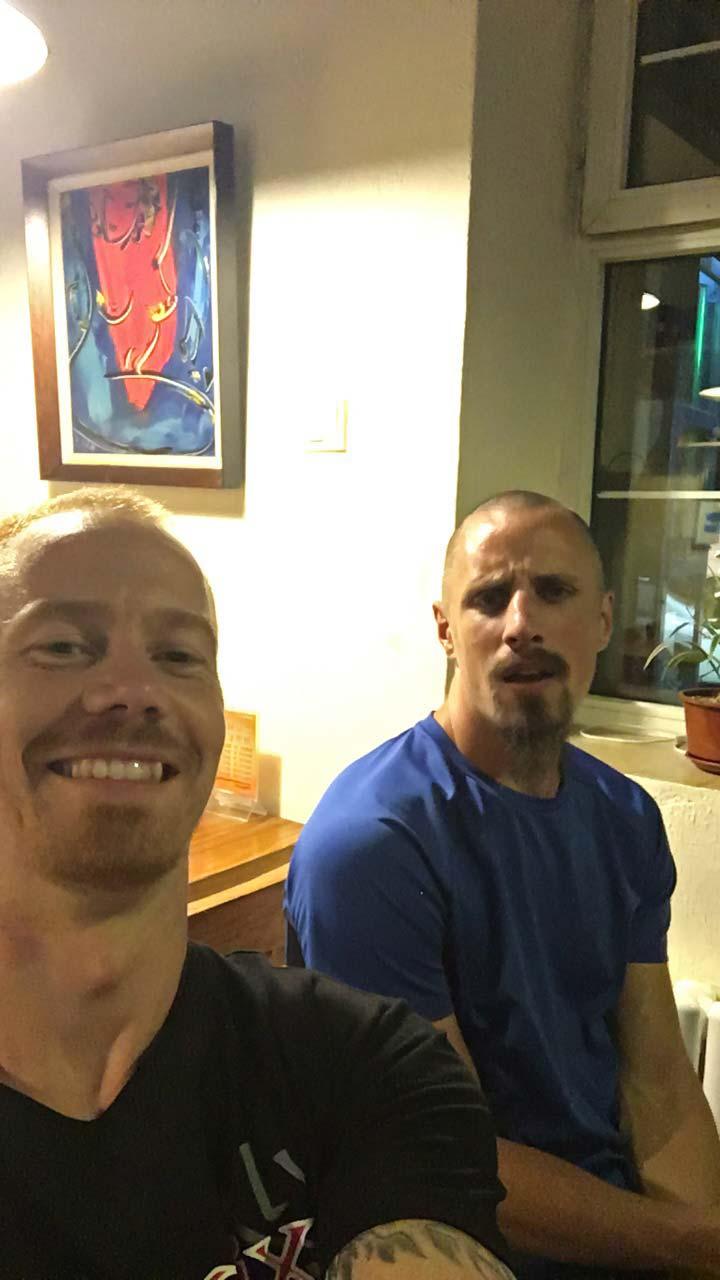 Kyle og Peter på bar i Changchun