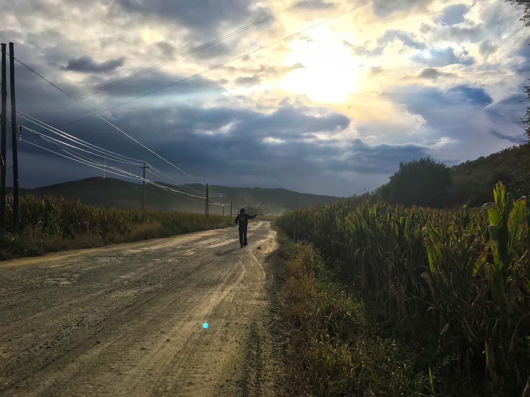 Stilhed før stormen med grusvej og flotte skyer