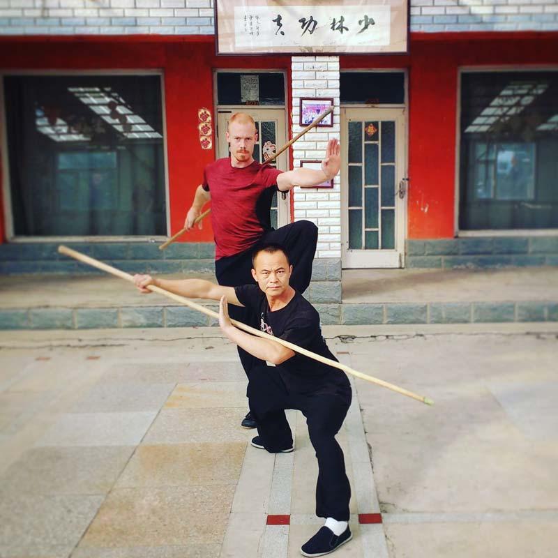 Wang Xinglong Sifu og Peter Rosendahl i træningshallen i Kina