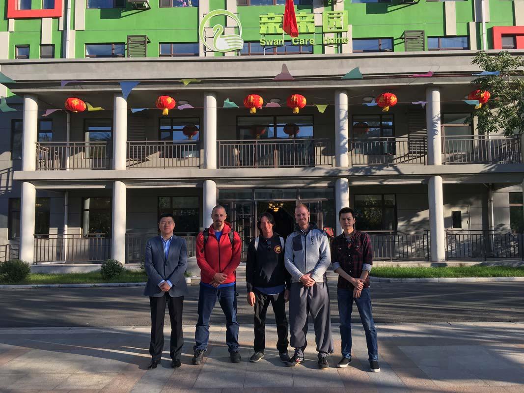 Mr Wang, Kyle, Sam, Peter og Jimmi foran kinesisk plejehjem i Changchun